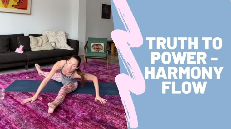 Tara Stilesは、ニューヨーク自宅からインスタライブでオンラインヨガ配信